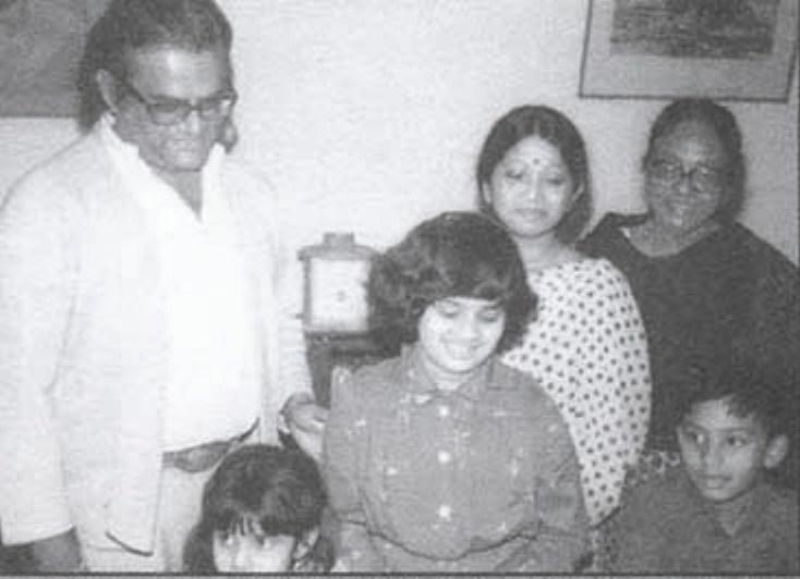 কন্যা মঞ্জুরা কবির, দৌহিত্রী ইলোরা ও অজন্তা কবিরের সাথে
