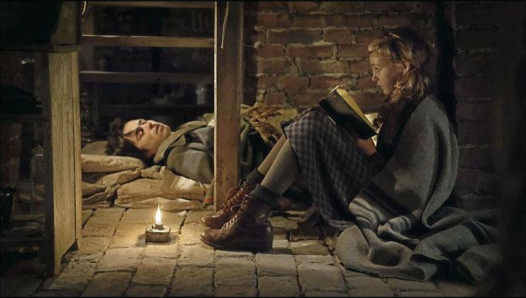 ম্যাক্সের সঙ্গে গড়ে উঠে লিসেলের বন্ধুত্বপূর্ণ সম্পর্ক। তখন চলছিল দ্বিতীয় বিশ্বযুদ্ধ। ম্যাক্স ভান্ডেনবার্গ চরিত্রে অভিনয় করেছেণ বেন শ্নেৎজার।